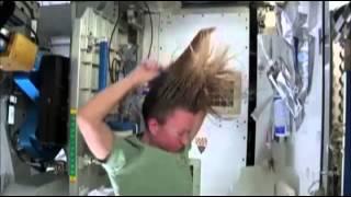 Ecco come si fa lo shampoo nello spazio l'astronauta Karen Nyberg della ISS.