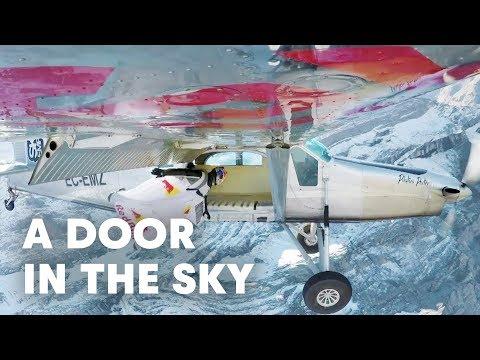 Невероятный прыжок двух смельчаков, с вершины горы в салон самолета в Швейцарии