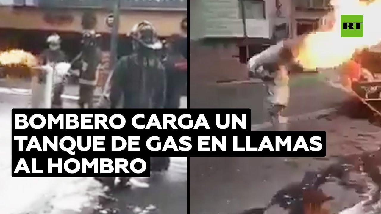VÍDEO - UN BOMBERO ARRIESGÓ SU VIDA AL SACAR UN TANQUE DE GAS EN LLAMAS.