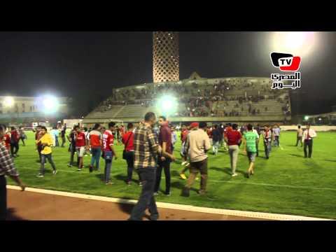 جماهير الأهلي تدخل أرض ملعب «التتش» ويلتقطون السيلفي