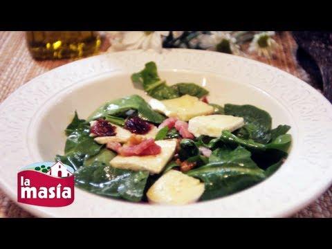 Ensalada templada de espinacas, brie y cebolla caramelizada