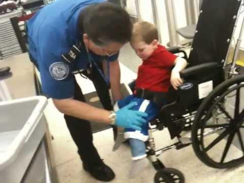 Un enfant en chaise roulante contrôlé de très près à Chicago (vidéo) | Paradoxal - News