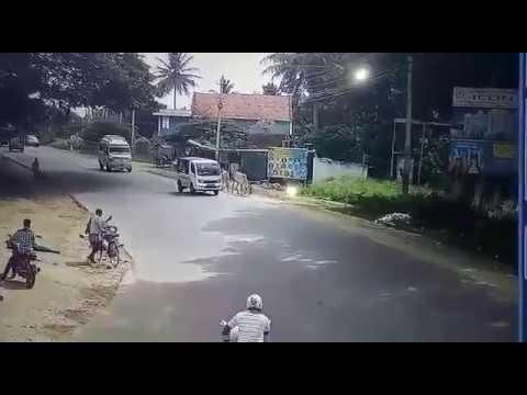 В Индии автобус сбил мотоциклиста