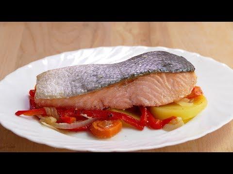 Salmón al horno con una guarnición de PATATAS y verduras. Todo cocinado a la vez