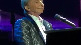 Audience Leaves Barry Manilow Speechless