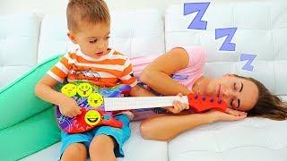 Vlad e Nikita tocam instrumentos musicais e acordam a Mamãe