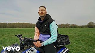 Kadr z teledysku Żyję tekst piosenki Małach ft. DJ Element