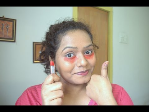 Facial mask na may mamantika balat na may itim na tuldok ang siyang