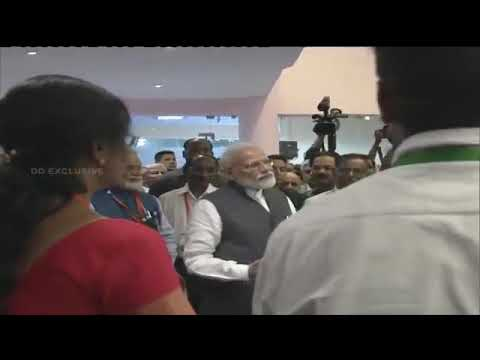 चंद्रयान-2  के संपर्क टूटने के बाद वैज्ञानिकों का हौसला बढ़ाते प्रधानमंत्री