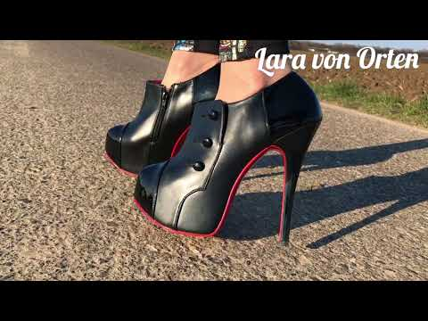 Lara walking in Pleaser Bordello ankle boots Pumps Spaziergang in high heels und leggings