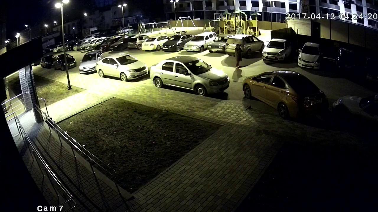 Две дамы прокалывают колеса неправильно припаркованной иномарке