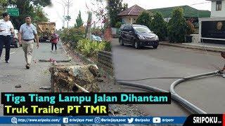 Truk Trailer Hantam Tiga Tiang Lampu Jalan dan Pot Kembang, Pengendara Motor Nyaris Jadi Korban