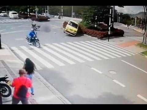 En video quedo registrada la imprudencia de un taxista que causo aparatoso accidente