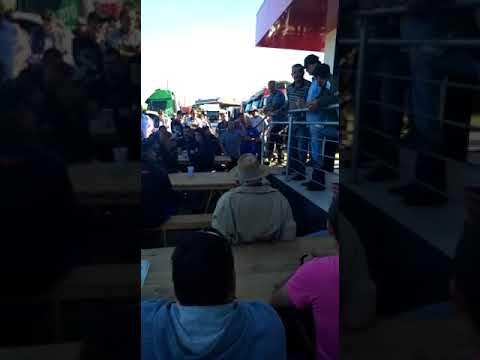 Deputado Motta sendo esculachado na manifestação dos caminhoneiros em Araranguá