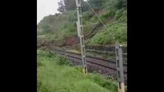 कोकण रेल्वे मार्गावर दरड कोसळली