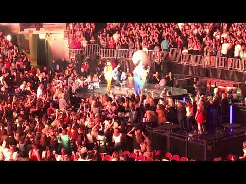 Jonas Brothers: Happiness Begins Tour - Turn Right/Gotta Find You [Columbus, Ohio]