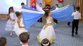 Смотреть онлайн Детский танец с полотнами в детском саду