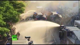 В Гамбурге полиция разгоняет протестующих водомётами