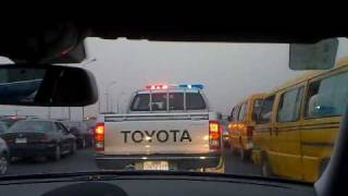 preview picture of video 'Police-Escort to the Airport through normal Thursday evening traffic in Lagos/Nigeria/Africa'
