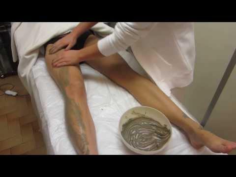 Un medico cura le articolazioni della colonna vertebrale