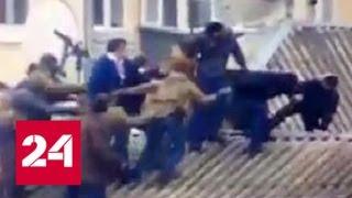 Десяток спецназовцев тащит Саакашвили с крыши дома в Киеве - Россия 24