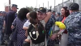 Звільнені з полону РФ військові моряки прибули до Одеси