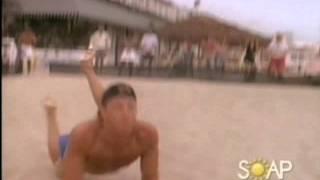 Steve joue au beach-volley en musique (VO)