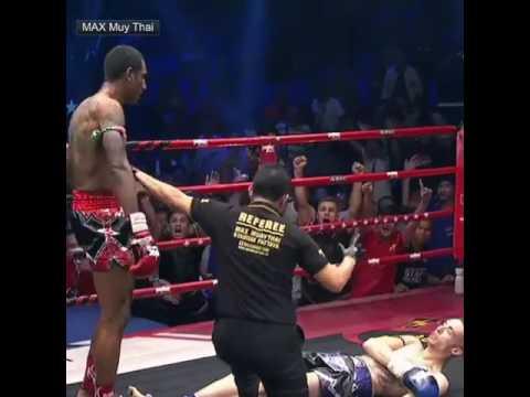 Боксёры устроили одновременный нокдаун на турнире по Max Muay Thai