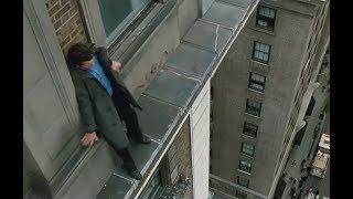男子假意跳楼,吸引了全部注意力,而同伙却在旁边大楼里偷钻石