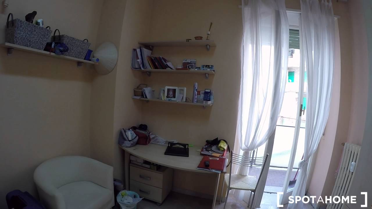 Rooms for rent in 90 m2, 3-bedroom apartment with balcony in bustling Buenos Aires