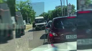 На проспекте Мира микроавтобус не пропустил седан, завязалась драка