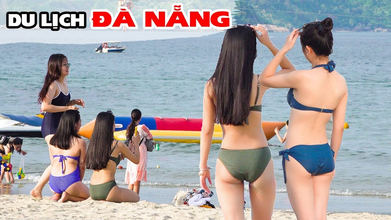 Bãi Biển Đà Nẵng chật kín du khách mùa nắng nóng