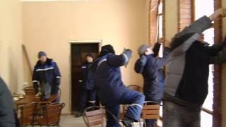 Рабочие разрушают Институт творчества