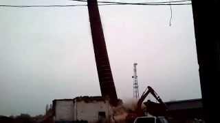 preview picture of video 'Wyburzenie 130-letniego komina Cukrowni Wróblin - Lewin Brzeski'