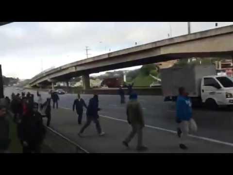 Protesto do MTST o momento em que a rodovia Régis Bittencourt é fechada em Embu das Artes.