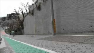 東京一の坂道でゆるキャラが転倒!