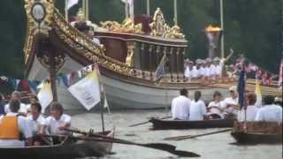 preview picture of video 'London 2012 Olympic Torch Relay takes to the river at Hampton Court'