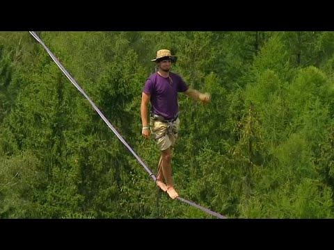 العرب اليوم - شاهد: باحثون عن الإثارة يسيرون على حبال مثبتة بالصخور في الهواء الطلق شمال التشيك