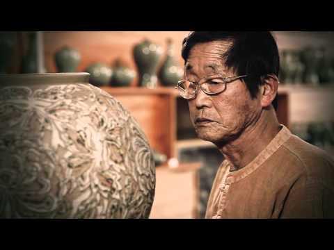סרטון מהפנט ויפיפייה על האמנות המורכבת של הכנת כלי קרמיקה