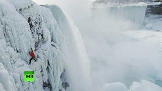 Канадский альпинист покорил замерзший Ниагарский водопад