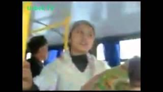 Уятни билмаган қизча билан автобусда ашула   Uzbek SHOK Video