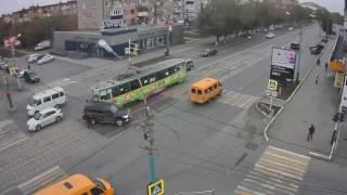 Смотреть онлайн Трамвай не смог остановится и врезался во внедорожник