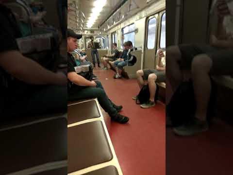Наглый попрошайка в Московском метро