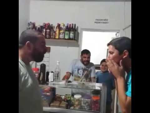 Il marito beve con il vicino