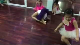 Các em bé thể hiện độ dẻo dai tại Lớp Học Múa - Trung tâm nghệ thuật Hồ Thiên Nga