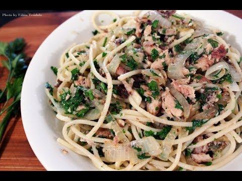 Espaguete com sardinha ao molho de tomate