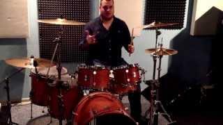 Барабанщик бьет хорошие биты на живую!