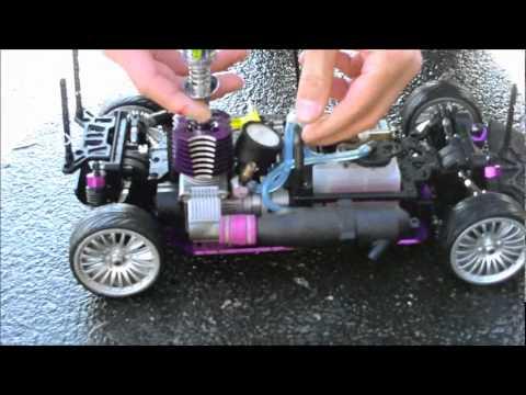 Wie das Benzin vom Wagen durch den Schlauch zusammenzuziehen