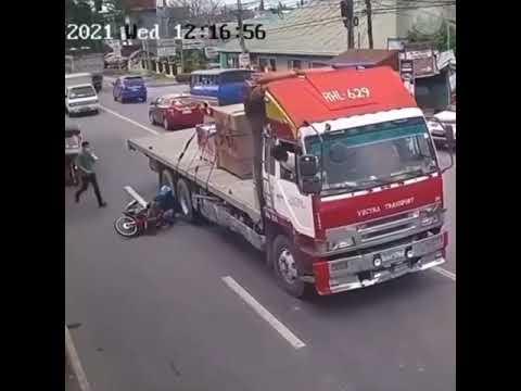 Caminhão quase passa por cima de motociclista - nasceu de novo