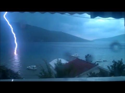 Un fulmine si schianta in mezzo al mare